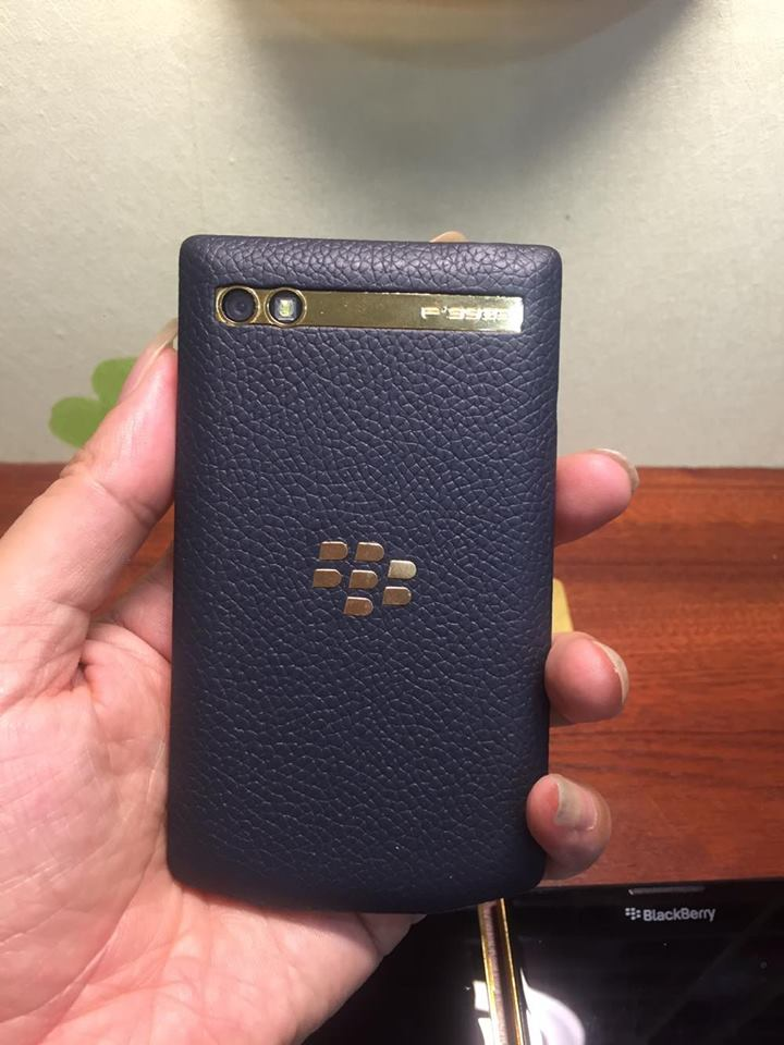 blackberry-porsche-design-p9983-graphite-gold-8