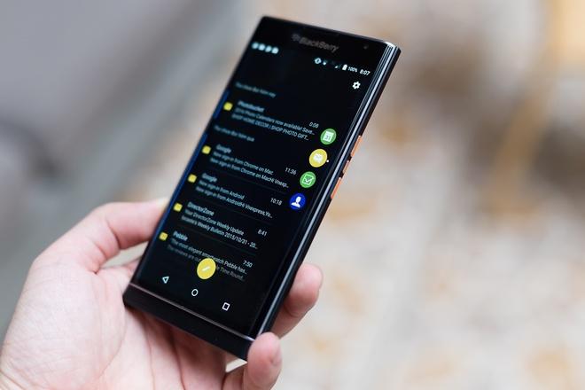 Ảnh thực tế BlackBerry Priv với màn hình cong, bàn phím trượt