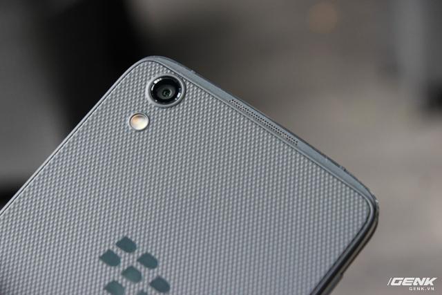 Camera sau 13 MP với khẩu độ f/2.0 cho khả năng chụp trong điều kiện thiếu sáng tốt hơn