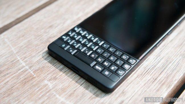 so-sanh-blackberry-key2-va-keyone-thiet-ke-khong-doi-nhung-manh-me-hon-2